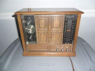 VINTAGE ZENITH SOLID STATE RADIO IN GOOD CONDITION