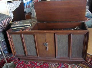VINTAGE RCA SOLID STATE STEREO, AM & FM RADIO IN WOODEN CABINET
