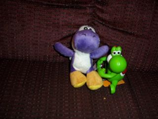 LOT OF 2 SUPER MARIO BROTHERS YOSHI FIGURES 2006 NINTENDO PLAYS MUSIC