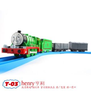 TOMY TRACKMASTER THOMAS FRIEND HENRY MOTORIZED TRAIN W/ 2 TRUCKS T