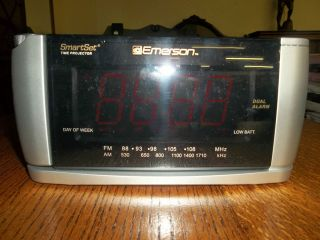 Emerson Smart Set Dual Alarm Clock Radio with Three Color Projector