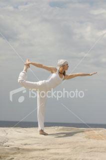 Méthode Pilates, Yoga, Femmes, Plage, Danser  Stock Photo  iStock