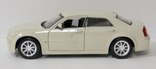 Chrysler 300 Diecast Model Car Maisto 1 18 Scale New in Box Cream