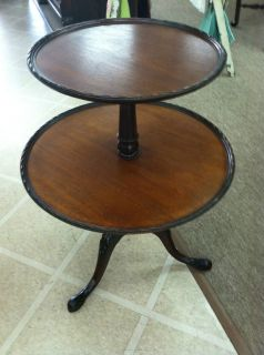 BEAUTIFUL ANTIQUE/VINTAG E 2 TIERED ROUND TABLE circa 1940